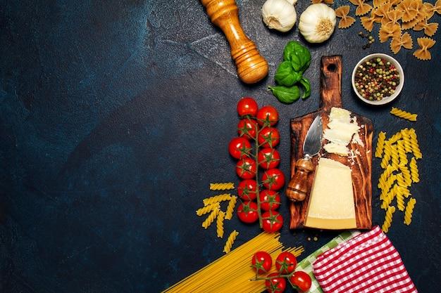 Especias almuerzo de pasta fresca superior Foto gratis