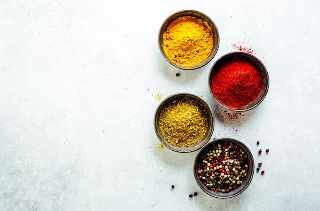 Especias coloridas sobre fondo brillante Foto Premium