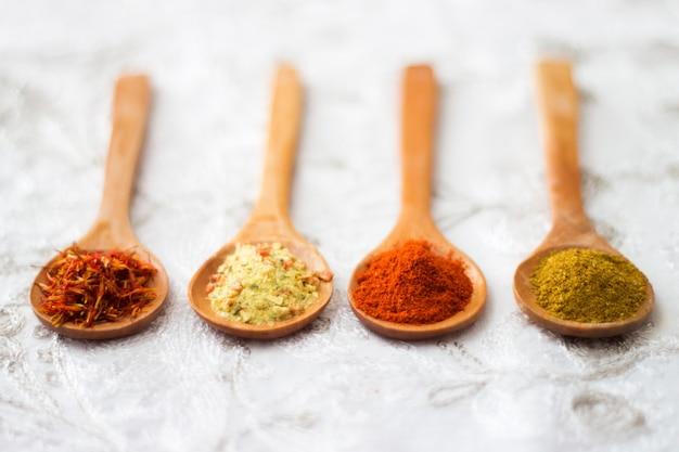 Especias. especia en cuchara de madera. hierbas. curry, azafrán, cúrcuma, Foto gratis