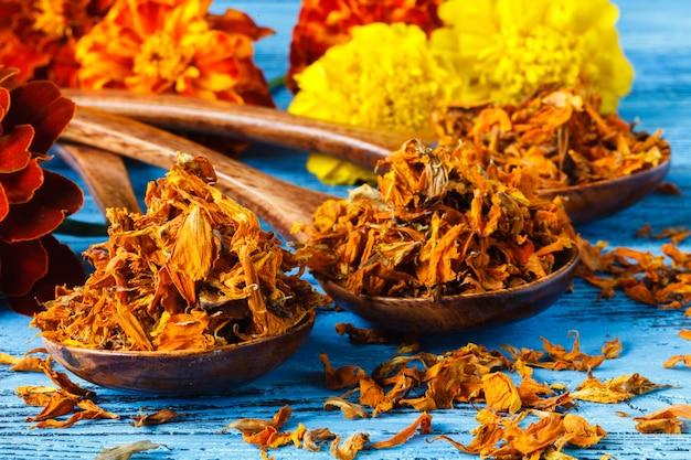 Especias especias en cuchara de madera. hierbas. curry, azafrán, cúrcuma, canela y otros sobre un fondo rústico de madera Foto Premium