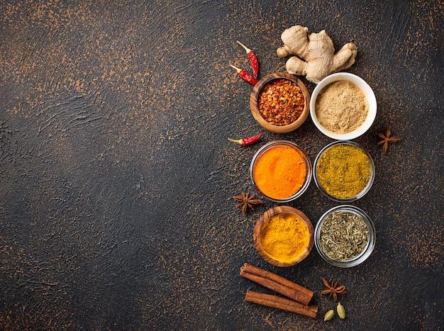 Especias indias tradicionales sobre fondo oxidado Foto Premium