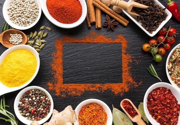 Especias en polvo y piezas en la mesa Foto gratis
