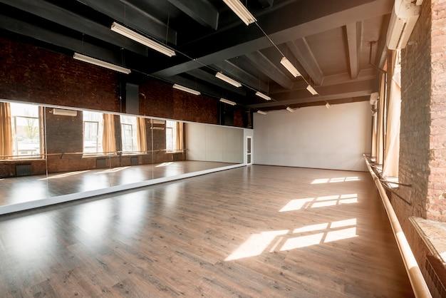 Espejo largo en estudio de danza. Foto gratis