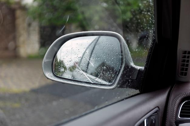Espejo retrovisor lateral en un automóvil. Foto Premium