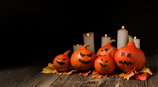 Espeluznantes calabazas y velas de halloween Foto gratis