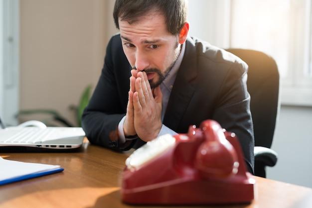 esperando-llamada-telefonica_53419-761.j