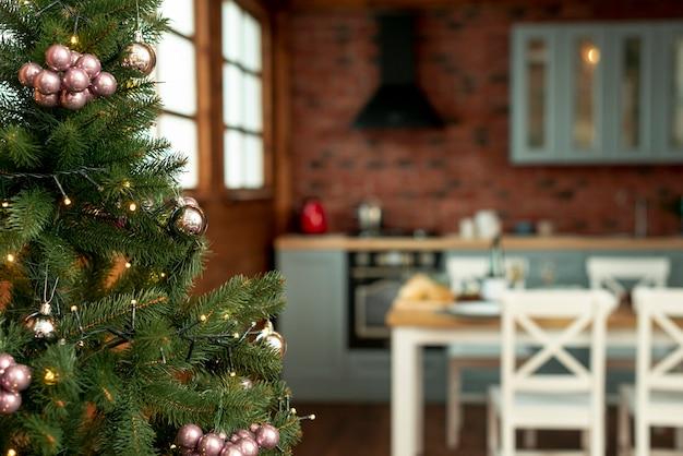 Espíritu navideño con árbol decorado en la cocina Foto gratis