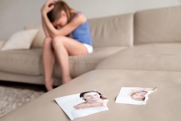 Esposa solitaria sufriendo despues de la ruptura en casa Foto gratis