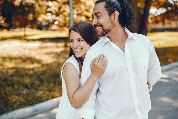 Esposa con su esposo en un parque de verano Foto gratis