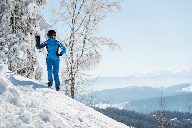Esquiador en las montañas Foto Premium