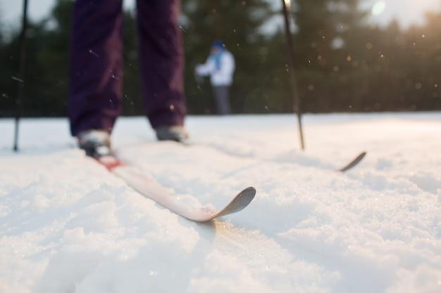 Esquís en la nieve Foto gratis
