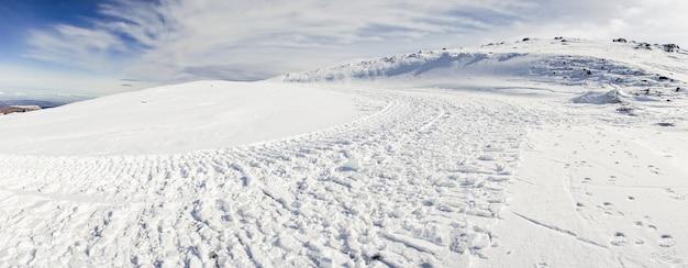 Estación de esquí de sierra nevada en invierno, llena de nieve. Foto Premium