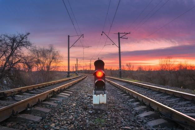 Estación de ferrocarril con semáforo contra hermoso cielo al atardecer Foto Premium