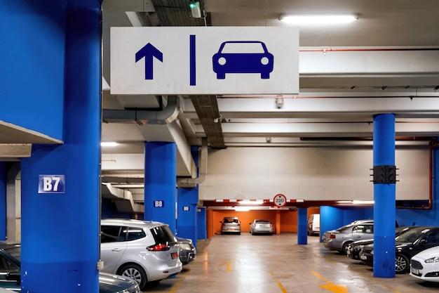 Estacionamiento completo para autos en el centro comercial Foto gratis