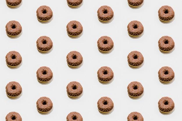 Estampado de panadería con donuts de chocolate Foto gratis