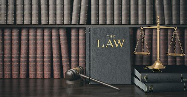 Estantería de ley de filtro de bajo perfil con mazo de juez de madera y escala dorada Foto Premium
