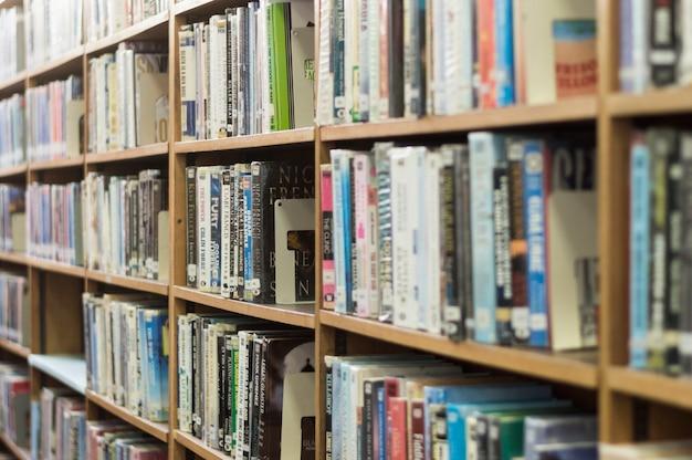 4965ddf602aac Estantería de libros en biblioteca