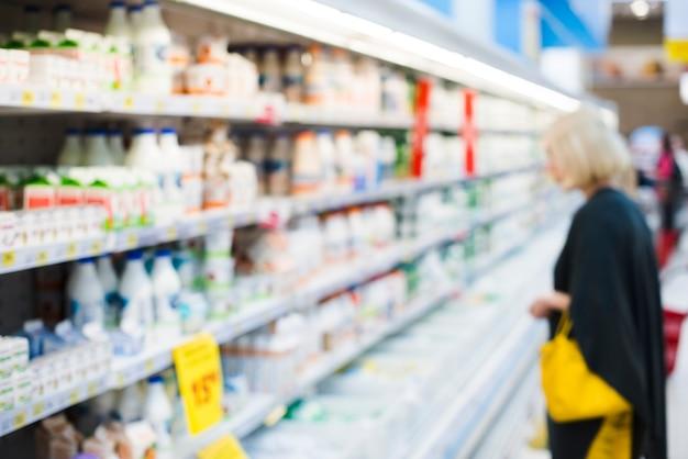 Estantes con productos lácteos en la tienda de comestibles Foto Premium