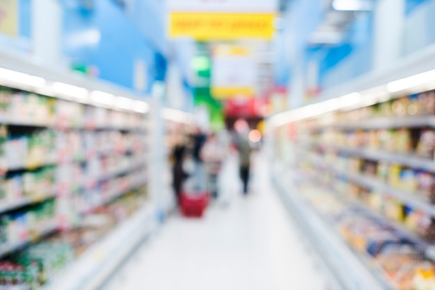 Estantes de productos en la tienda de comestibles Foto gratis
