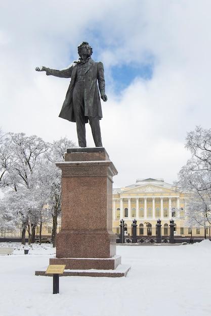 Estatua de aleksander pushkin en la plaza de las artes en invierno, san petersburgo, rusia. Foto Premium
