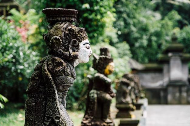 Estatua de bali en el templo, indonesia Foto gratis