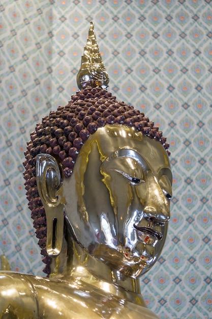 Estatua de buda realizada en oro Foto gratis