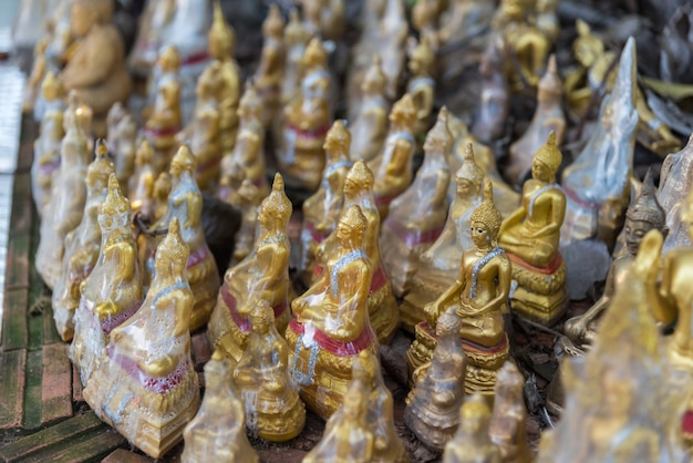 Estatua de buda en el templo budista wat lo sutthawat Foto Premium