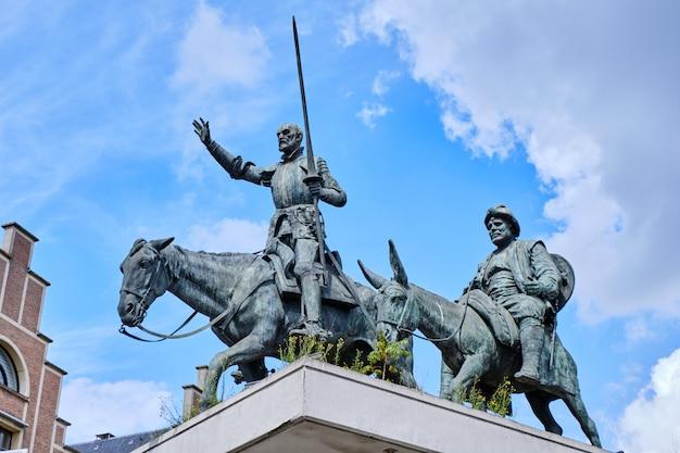 Estatua de don quijote y sancho panza en bruselas Foto Premium