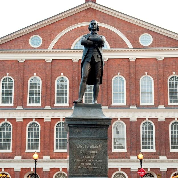Estatua de samuel adams en boston, massachusetts, ee.uu. Foto Premium
