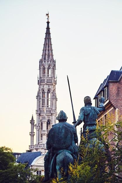 Estatuas de don quijote y sancho panza. Foto Premium
