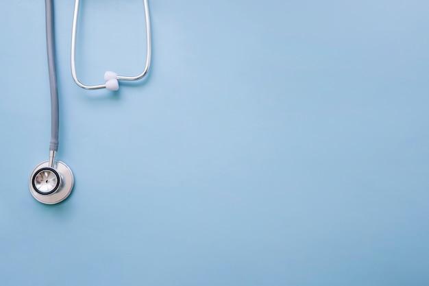 El estetoscopio del médico sobre fondo azul Foto gratis