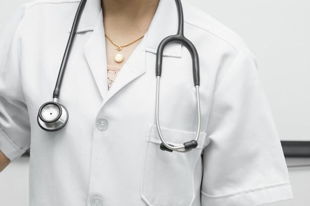El estetoscopio negro se coloca sobre los hombros de la doctora. Foto Premium