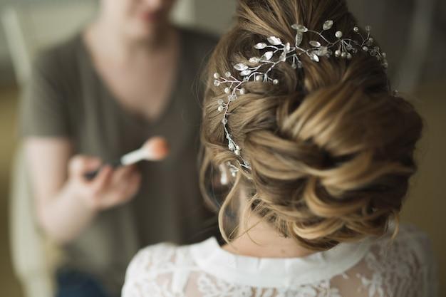 Estilista hace que el cabello sea la novia Foto Premium
