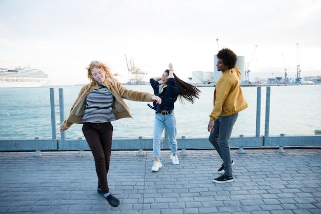 Estilo de vida de amigos jóvenes al aire libre Foto gratis