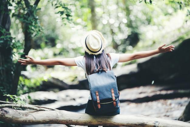Estilo de vida feliz mujer hermosa torist para viajar en viaje salvaje senderismo durante las vacaciones. Foto gratis
