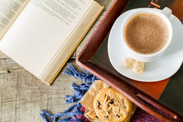 Estilo de vida otoñal - galletas de chocolate caliente, libro de mantas Foto Premium