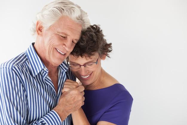 Estilo de vida que abraza pareja de ancianos amante Foto gratis