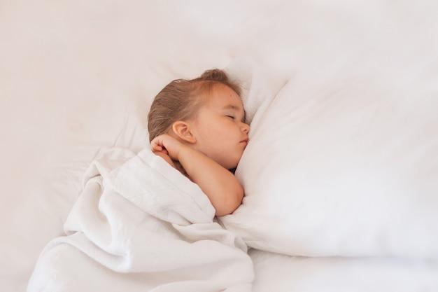Estilo de vida saludable, fiv, bebé duerme Foto Premium