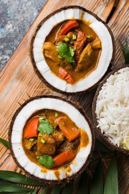 Estofado y arroz en platos de coco vista superior Foto gratis