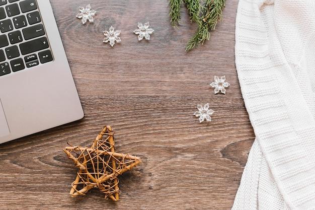 Estrella de madera con copos de nieve en mesa Foto gratis