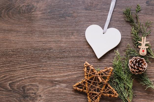 Estrella de madera con pequeñas ramas en mesa. Foto gratis