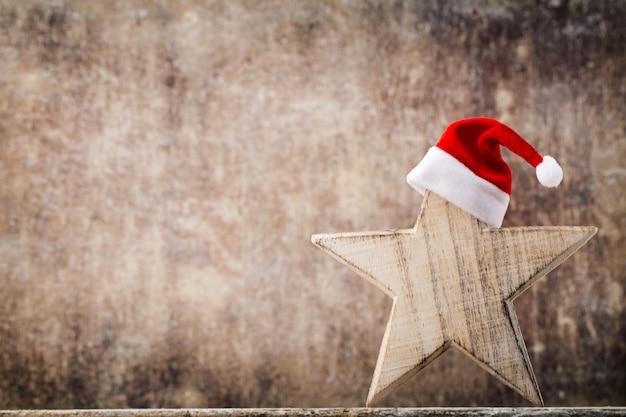 Estrellas de navidad sombrero de santa. patrón de navidad. fondo sobre el color gris. Foto Premium
