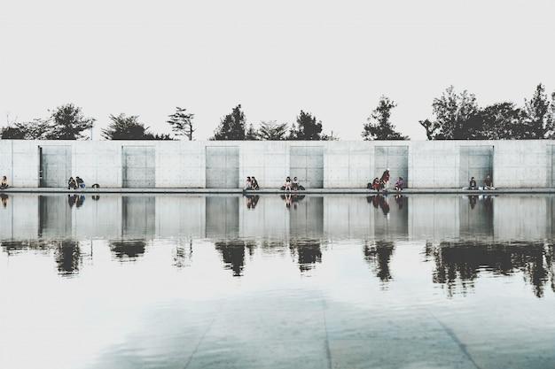 Estructura moderna reflejada en el agua. Foto gratis
