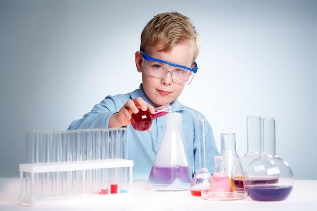 Estudiante comprobando nuevas fórmulas Foto gratis