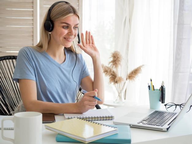 Estudiante de cursos remotos en línea que tiene una respuesta Foto Premium