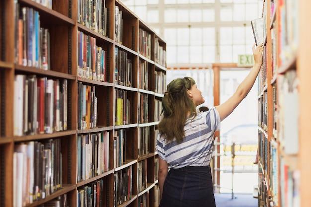 Estudiante en biblioteca Foto Gratis
