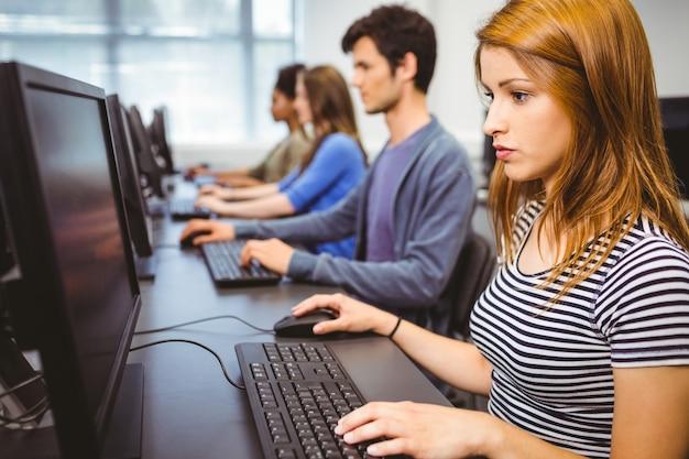 Estudiante enfocado en clase de informática Foto Premium