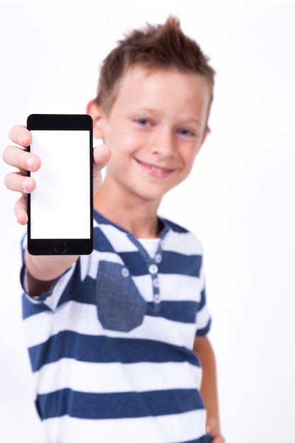 Estudiante exitoso con un teléfono en la mano sobre un fondo blanco. Foto Premium