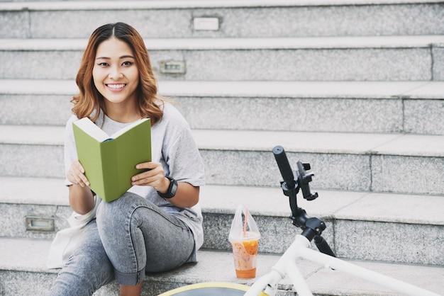Estudiante con un libro Foto gratis