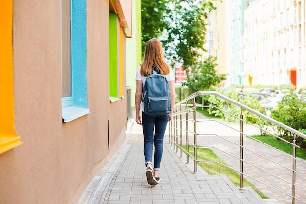 Estudiante que abandona la escuela después de las clases Foto gratis